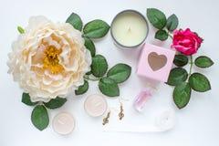 Flores y hojas con las velas y los accesorios imagen de archivo libre de regalías