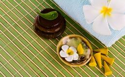 Flores y hojas del Frangipani con las piedras del zen. Imagen de archivo libre de regalías