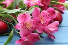Flores y huevos de Pascua Imágenes de archivo libres de regalías