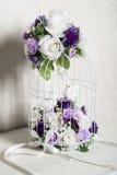 Flores y jaulas de pájaros Foto de archivo