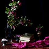 Flores y libros Imagen de archivo libre de regalías