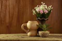 Flores y loza de barro en estilo de vida inmóvil Imagen de archivo libre de regalías