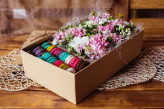 Flores y macarrones Imágenes de archivo libres de regalías