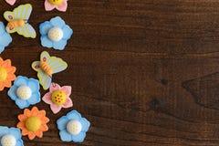Flores y mariposas del primer Imagen de archivo