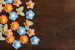 Flores y mariposas en la madera Fotografía de archivo libre de regalías
