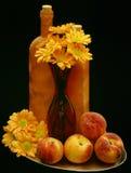 Flores y melocotones, aún vida Foto de archivo libre de regalías