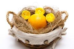 Flores y naranja amarillos de la flor en el heno Fotos de archivo