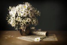 Flores y notas Imágenes de archivo libres de regalías