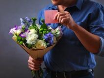 Flores y notas del amor Foto de archivo