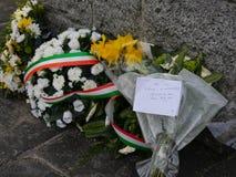 Flores y notas sobre el monumento en Dublín para 1916 levantamientos de Pascua fotos de archivo libres de regalías