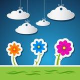 Flores y nubes hechas del papel con el cielo azul Fotografía de archivo