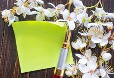 Flores y papel fotos de archivo libres de regalías