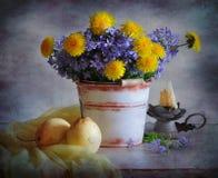 Flores y peras imagen de archivo libre de regalías