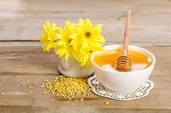 Flores y productos amarillos miel, polen de la abeja en backgr de madera Fotografía de archivo libre de regalías