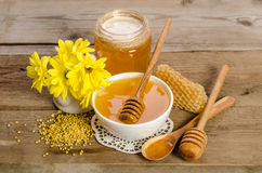 Flores y productos amarillos miel, polen, panales de la abeja Imagen de archivo