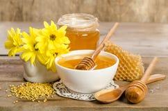 Flores y productos amarillos miel, polen, panales de la abeja Fotos de archivo libres de regalías