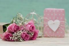 Flores y regalo Imagen de archivo