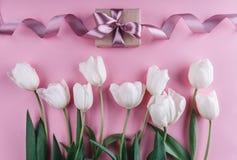 Flores y regalo blancos de los tulipanes sobre fondo rosa claro Tarjeta de felicitación o invitación de la boda fotografía de archivo libre de regalías