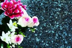 Flores y rosas rosadas, piedras, fondo floral romántico Fotografía de archivo