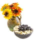 Flores y semillas del girasol en un fondo blanco Fotografía de archivo