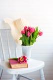 Flores y sombrero en silla foto de archivo
