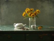 Flores y té amarillos Fotos de archivo