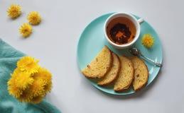 Flores y té puestos planos del diente de león de la pizca de Hygge imágenes de archivo libres de regalías