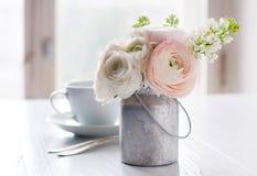 Flores y taza imagenes de archivo