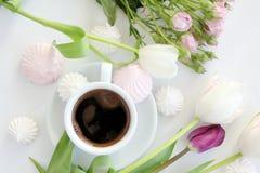 Flores y taza de café Foto de archivo