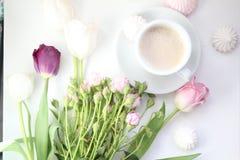 Flores y taza de café Imágenes de archivo libres de regalías