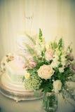 Flores y torta Foto de archivo libre de regalías