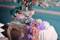 Flores y torta Fotografía de archivo libre de regalías