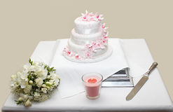 Flores y torta del ramo de la boda Fotografía de archivo libre de regalías