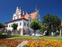Flores y townhall en Levoca, Eslovaquia Imágenes de archivo libres de regalías