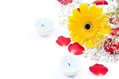 Flores y velas Imagenes de archivo