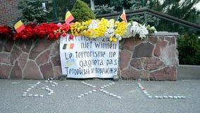 Flores y velas de monumento memorable, embajada de Bélgica en Kiev, Ucrania, metrajes