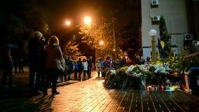 Flores y velas de monumento memorable en Kiev, Ucrania, almacen de video