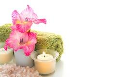 Flores y velas en un balneario Foto de archivo