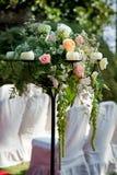 Flores y velas para una boda Fotos de archivo libres de regalías