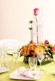 Flores y vidrios Fotos de archivo