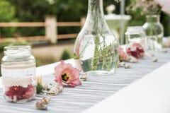 Floresce a instalação exterior da decoração dos ajustes para o casamento com a flor colorida rosa Imagem de Stock