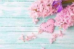Floresce jacintos, açafrão e o coração decorativo no pai de turquesa Imagens de Stock