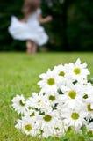 Floresce o crisântemo da mulher Foto de Stock Royalty Free