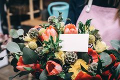Floresce o ramalhete com cartão vazio fotos de stock royalty free
