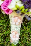 Floresce o ramalhete que coloca na grama Imagem de Stock Royalty Free