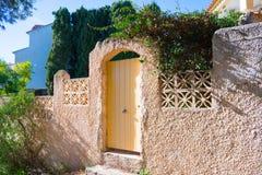 Florescer floresce perto da entrada à casa privada Dia da luz do sol na Espanha fotografia de stock royalty free