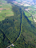 Floresta alemão e estrada que passam completamente Imagem de Stock