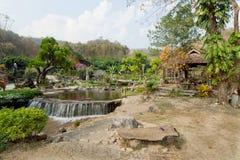 A floresta com a cachoeira pequena do rio em velho gaden da vila verde Imagem de Stock Royalty Free