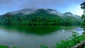 A floresta da montanha com o rio da névoa e do kwai ajardina na chuva no ka Imagens de Stock
