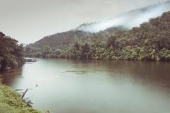 A floresta da montanha com o rio da névoa e do kwai ajardina no kanchanabu Imagens de Stock Royalty Free